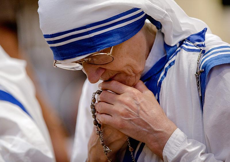 A nun prays as she waits for Pope Francis to arrive for an evening prayer service at St. Patrick's Cathedral.
