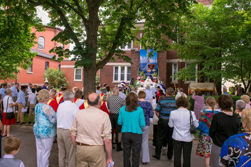 A crowd overflows onto St. Stanislaus St. at the second altar.