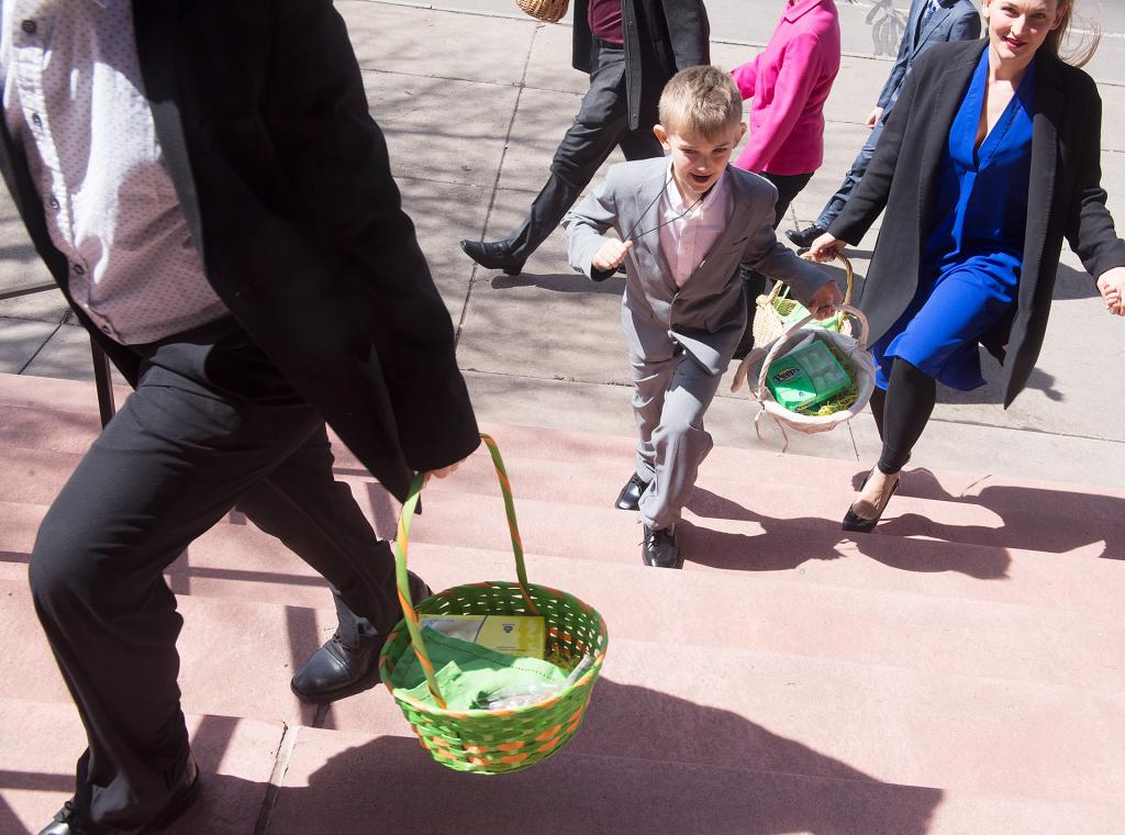 People make their way into  St. Stanislaus Kostka Church for the annual blessing of Easter food March 31.<br /> (Courier Photo by John Haeger)