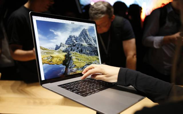 """<p>People look at new computers in Cupertino, Calif., Oct. 27, 2016. The U.S. Conference of Catholic Bishops urged the Federal Communications Commission to use """"the strongest legal authority available"""" to """"retain open internet regulations.""""  </p>"""