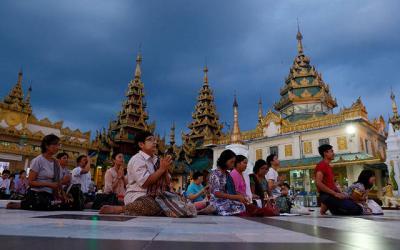 <p>People pray at the Shwedagon Pagoda in Yangon, Myanmar, Nov. 27.  </p>
